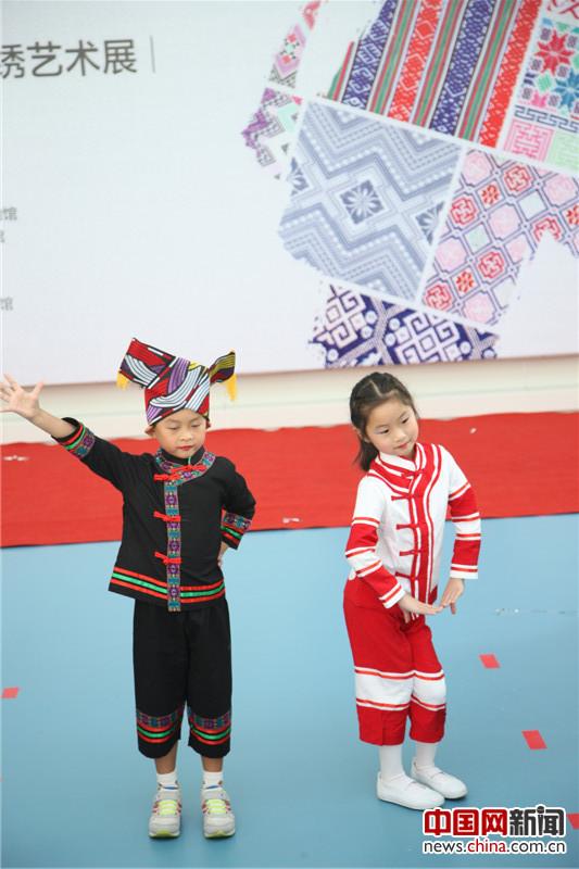 幼儿园的小朋友表演少数民族服饰秀.